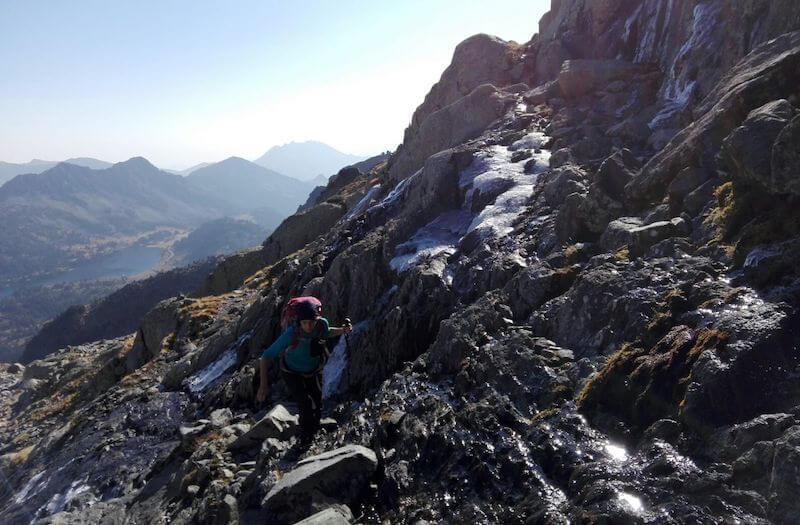 Pared granito mojado Pic de Néouvielle en el Pirineo Francés